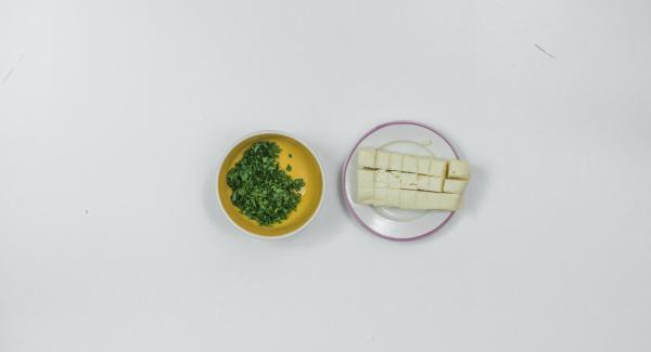 Tritare finemente le foglie di prezzemolo e tagliare il taleggio a cubetti.