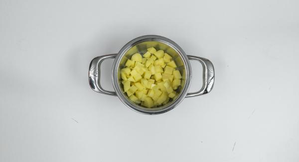 Adagiare all'interno dell'Unità di cottura i cubetti di patate ancora bagnati e posizionare al suo interno l'Inserto 2 in 1 contenente le carote.