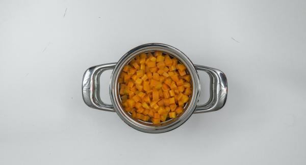 Aggiungere il burro alle patate e schiacciarle per bene. In una bacinella Combi, ridurre in purea le carote aggiungendo il latte caldo, dopodiché amalgamarvi le patate schiacciate.