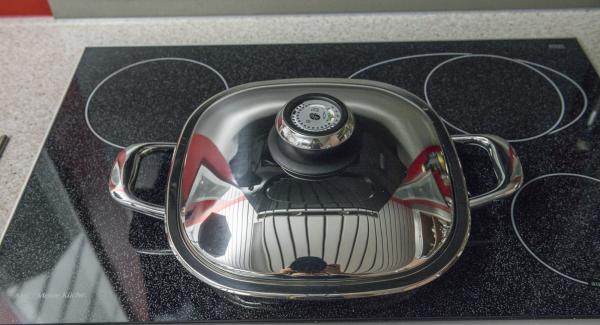 Girare i medaglioni, rimettere il coperchio, rimuovere Arondo dal fornello e lasciar riposare i medaglioni per ca. 5 minuti, in base allo spessore.