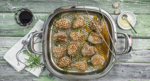 Condire i medaglioni al rosmarino con sale e pepe e cospargere con il miele.