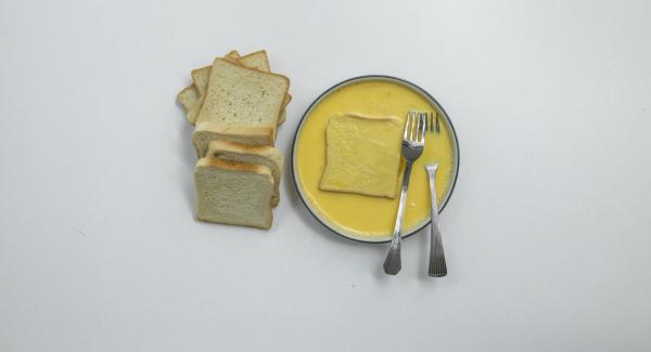 Montare l'uovo insieme al latte e immergere le fette di pancarrè nel miscuglio ottenuto.