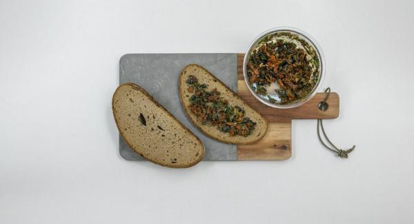 Scolare i pomodori secchi e tritarli nel Tritamix insieme a olive nere, capperi, origano e basilico. Spalmare il trito ottenuto su metà delle fette di pancarrè, lasciando liberi i bordi.
