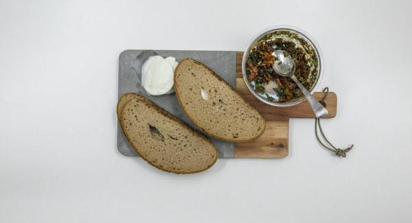 Tagliare la mozzarella di bufala a fette di ca. 1 cm di spessore e adagiarle sul trito spalmato. Coprire con le restanti fette di pancarrè.