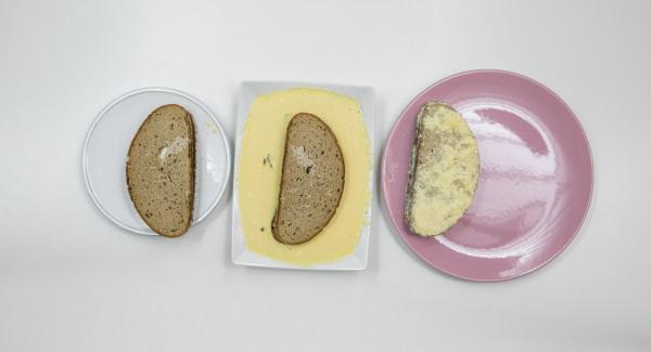 Montare le uova con latte, sale e pepe. Aggiungere il parmigiano e immergervi il toast.