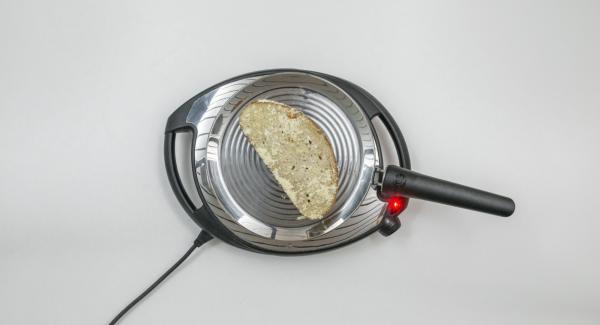 Abbassare Navigenio a livello 2 e posizionare il toast su oPan. Al raggiungimento della doratura desiderata, girare il toast e completare la cottura.