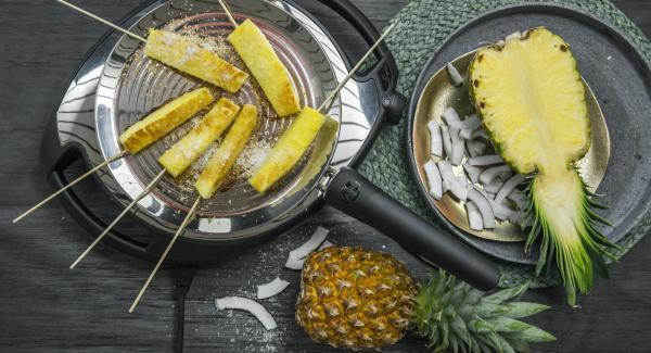 Cospargere i bastoncini con le scaglie di cocco e servire.