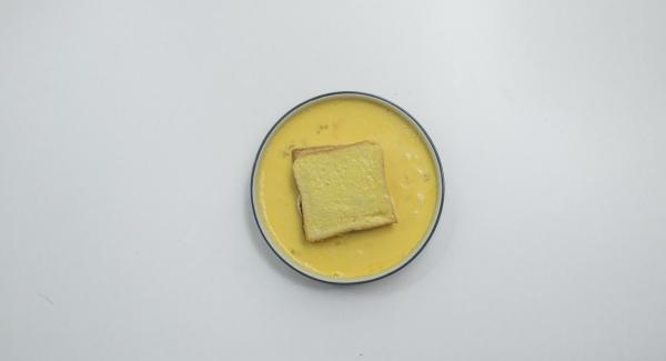 Montare le uova insieme al latte e immergere il toast nel miscuglio ottenuto.