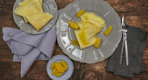 Impiattare insieme ai filetti d'arancia, spolverizzare con zucchero a velo e servire immediatamente.