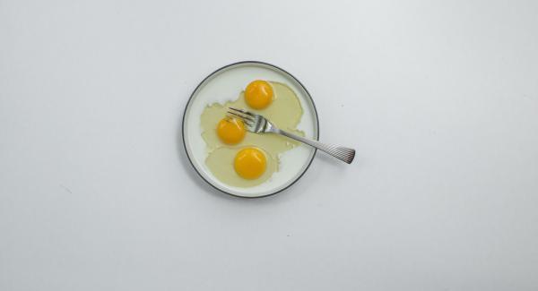Montare le uova insieme al latte e immergere il pancarrè farcito nel miscuglio ottenuto.
