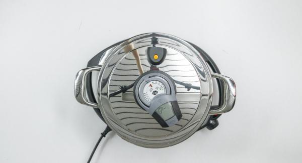Al suono di Audiotherm, abbassare Navigenio a livello 2 e rosolare la carne con il trito di cipolla e aglio. Quindi aggiungere il mais e la passata di pomodoro.