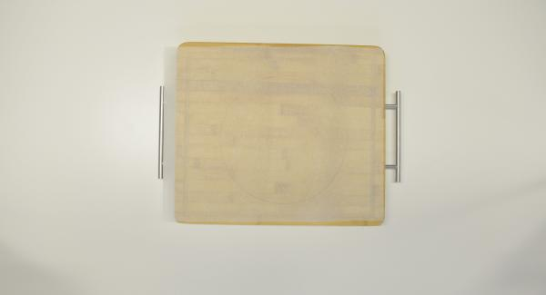 """Ritagliare un disco di carta da forno con l'ausilio di un coperchio da 24 cm, inserirlo nell'Inserto """"2 in 1"""" e adagiarvi dentro le tortillas una sopra l'altra."""