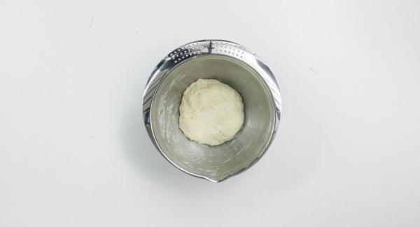 Mescolare tutti gli ingredienti fino a ottenere un impasto liscio e farlo riposare per ca. 30 minuti in frigorifero.
