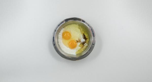 Mescolare tutti gli ingredienti per la pastella aggiungendo un cucchiaio di cannella e far riposare per ca. 30 minuti.