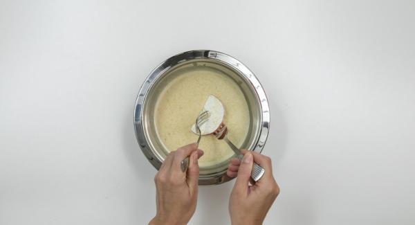 Tagliare 3 mele a fettine di circa 0,5 cm. Spolverare con un po' di farina e amalgamarle alla pastella.