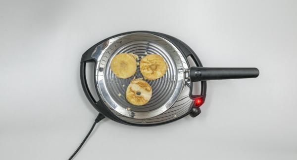 Versare ca. 3 porzioni di pastella su oPan e cuocerle da entrambi i lati fino a raggiungere la doratura desiderata. Procedere allo stesso modo con la pastella rimanente.