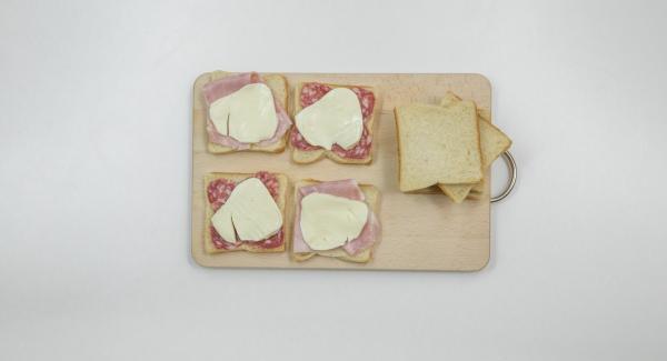 Farcire metà delle fette di pancarrè con ingredienti a piacere e coprire con le restanti fette.