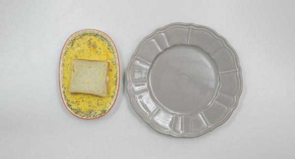 Montare le uova insieme al latte e alle erbe aromatiche. Immergere il toast nel miscuglio ottenuto.