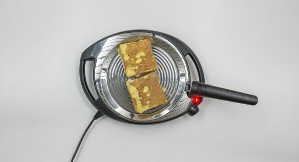 Abbassare Navigenio a livello 2 e posizionare il toast su oPan. Al raggiungimento della doratura desiderata, girare il toast e cuocerlo dall'altro lato.