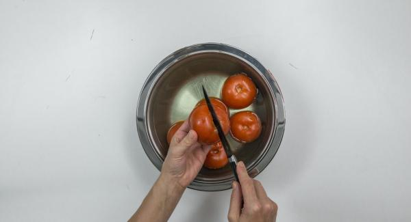 Scottare i pomodori in acqua bollente, spellarli e tagliarli grossolanamente.