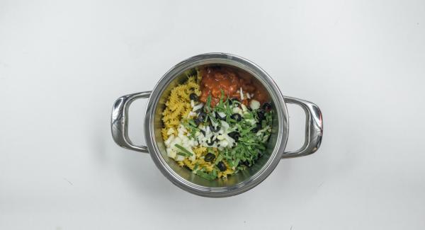 Pelare e tagliare a dadini la cipolla e l'aglio. Tagliare le olive ad anelli. Tagliare a striscioline le foglie di salvia.