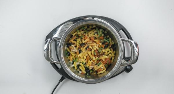 Adagiare il tutto all'interno dell'Unità di cottura insieme con i pomodori, il brodo vegetale e la pasta. Insaporire con aceto balsamico e pepe e mescolare bene. Chiudere l'Unità con Secuquick.