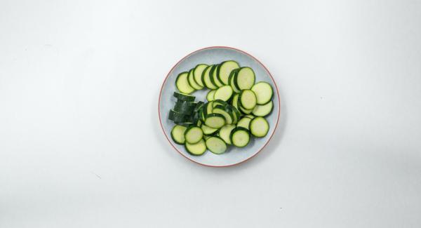 Pulire le zucchine e tagliarle a fettine.