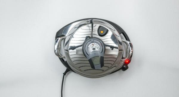 Al suono di Audiotherm, abbassare Navigenio a livello 2, adagiare lo speck a cubetti all'interno dell'Unità e far rosolare. Quindi aggiungere le zucchine tagliate a fettine insieme a 200 ml di acqua (o brodo vegetale).