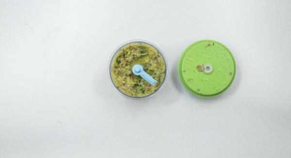 Trascorso il tempo di cottura, mettere da parte dei cubetti di speck e delle zucchine per la decorazione. Tritare nel Tritamix le zucchine e i cubetti di speck rimasti e amalgamarle con la pasta all'interno dell'Unità di cottura.