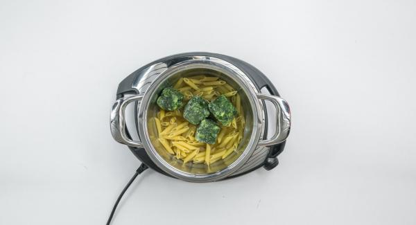 Versare la pasta e il brodo all'interno dell'Unità di cottura. Aggiungere gli spinaci.