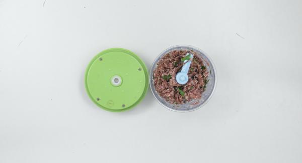Per il ripieno, tagliare il salame e tritarlo nel Tritamix. Aggiungere il formaggio e versare il ripieno all'interno dei pomodori.