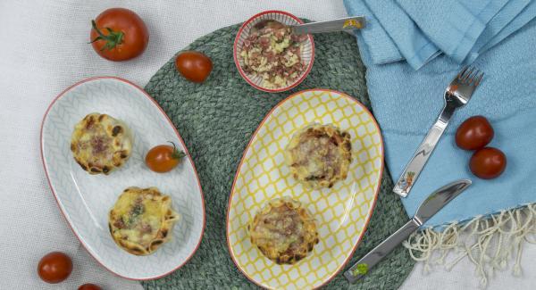 Servire i pomodori caldi decorati con una foglia di basilico o un'oliva, a piacere.