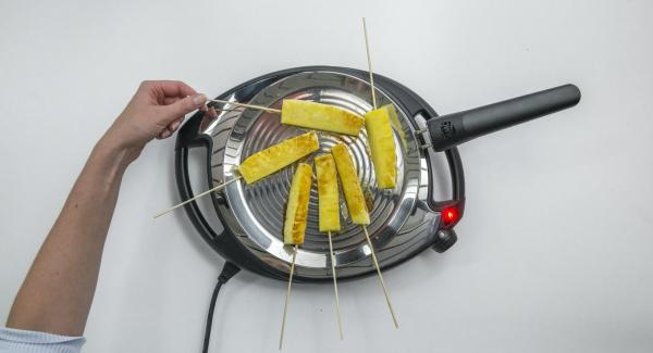 Abbassare Navigenio a livello 2, posizionare i bastoncini di ananas su oPan e cuocerli in ogni lato fino a raggiungere la doratura desiderata.