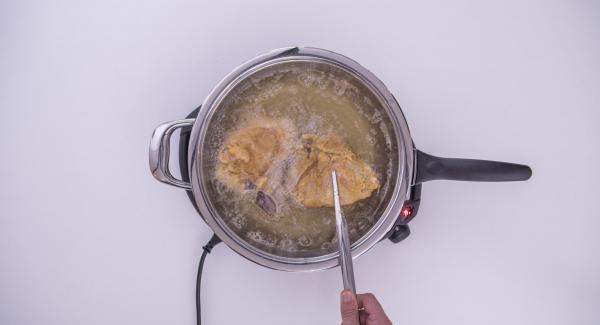 Al suono di Audiotherm, al raggiungimento dei 90°C, alzare il coperchio, girare la carne e completare la doratura.