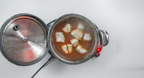Aggiungere il prezzemolo tritato, irrorare con un filo d'olio e insaporire con sale e pepe.