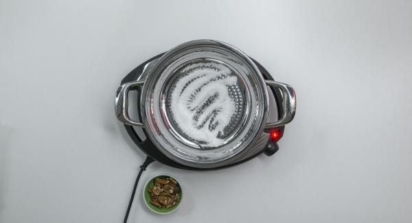 Versare lo zucchero all'interno della Padella Aurora 24 cm 2,0 l e posizionarla sul fornello a calore massimo. Non appena lo zucchero inizia a sciogliersi, abbassare il calore e lasciar caramellare leggermente.