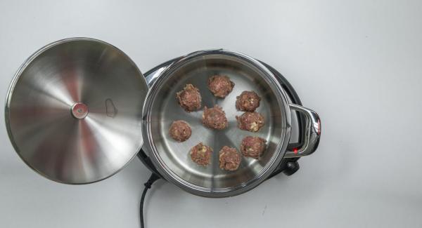 Al suono di Audiotherm, abbassare il calore e rosolare brevemente le polpette.