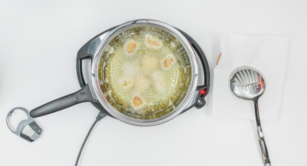 Al suono di Audiotherm, abbassare Navigenio a livello 2 e posizionare i bocconcini di pollo nell'olio e coprire nuovamente la Padella con il coperchio.