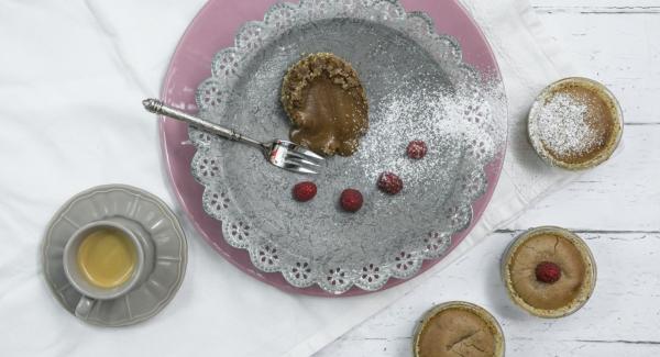 Estrarre gli stampini dall'Unità di cottura e far riposare per almeno 15 minuti. Quindi, con un coltello staccare i tortini dal bordo degli stampini, sformarli e servirli cosparsi di zucchero a velo.