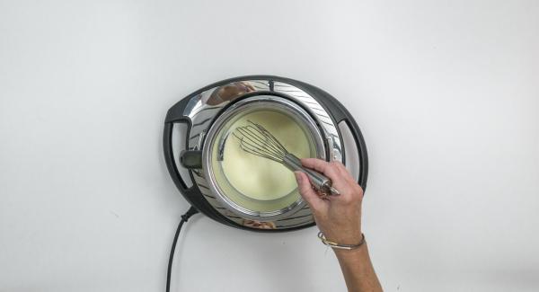 Alzare il fornello al massimo livello e riscaldare mescolando la miscela cremosa fino a poco prima della sua ebollizione.