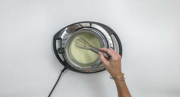 Rimuovere il baccello di vaniglia, spremere la gelatina e scioglierla nella miscela cremosa mescolando per evitare la formazione di grumi.