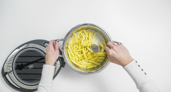 Dopodiché, Impostare su Navigenio a livello II. Mentre la spia rossa/blu lampeggia, in base alla tipologia di patatine, inserire un tempo di 5 minuti su Audiotherm e cuocere al forno fino a ottenere la doratura desiderata. Girare le patatine di tanto in tanto.