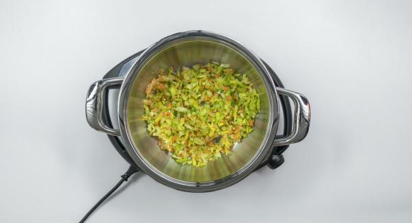 """Inserire gli ingredienti tritati nell'Unità Gourmet 24 cm, coprirla con EasyQuick e posizionarla su Navigenio impostato a livello 6. Con l'ausilio di Audiotherm riscaldare fino alla finestra """"carne""""."""