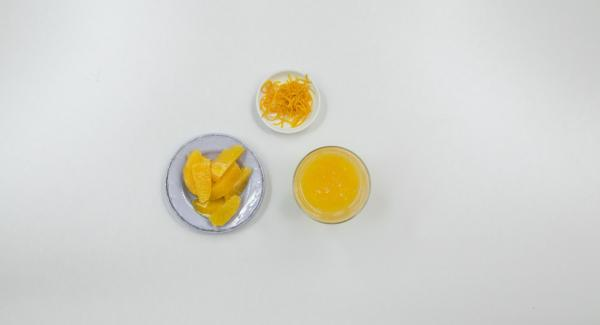 Grattugiare un po' di scorza e spremere il succo di un'arancia (ca. 100 ml) e tagliare a filetti l'altra.