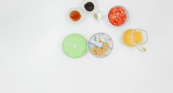 Scolare le albicocche conservando il succo. Pelare lo scalogno, l'aglio e lo zenzero, pulire il peperoncino e tritare tutto insieme nel Tritamix.