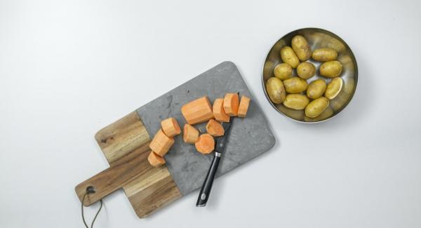Spazzolare e lavare le patate con cura. Pelare la patata dolce e tagliarla a pezzettini.