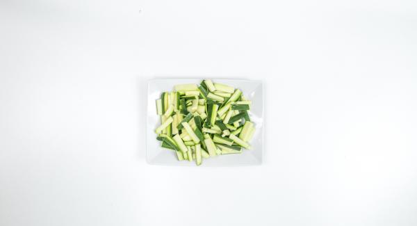 Pulire e tagliare le zucchine a strisce più o meno grandi quanto la pasta.