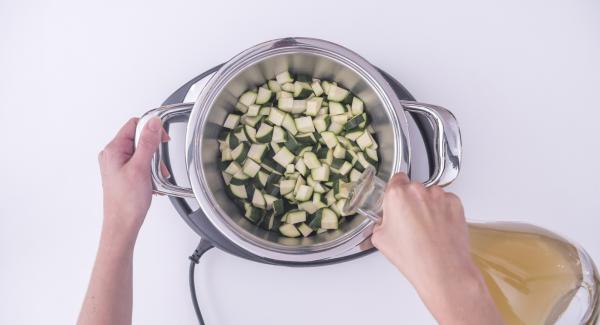 Pulire le zucchine e tagliarle a dadini. Inserire le zucchine all'interno dell'Unità di cottura insieme al brodo vegetale.