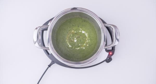 """Al suono di Audiotherm, rimuovere l'Inserto """"2 in 1"""", aggiungere le foglie di basilico alle zucchine cotte e frullare il tutto con l'ausilio di un frullatore a immersione. Irrorare il frullato con la panna e il succo di limone e condire con noce moscata, sale e pepe."""