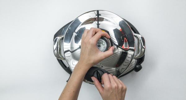 """Sbucciare le patate e adagiarle nella Softiera inserita all'interno dell'Unità di cottura insieme a 150 ml di acqua. Posizionare l'Unità su Navigenio a livello 6. Chiudere l'Unità con con Secuquick e con l'ausilio di Audiotherm cuocere """"soft"""" dopo aver impostato un tempo di 3 minuti. Al suono di Audiotherm posizionare l'Unità nel suo coperchio capovolto e attendere che Secuquick si apra."""